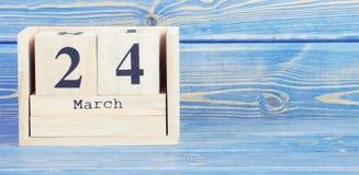 Foto del vintage, el 24 de marzo Fecha del 24 de marzo en calendario de madera del cubo Fotos de archivo