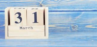 Foto del vintage, el 31 de marzo Fecha del 31 de marzo en calendario de madera del cubo Imagenes de archivo