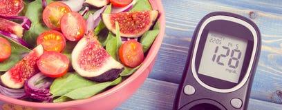 Foto del vintage, ensalada de fruta y verdura y metro de la glucosa, concepto de diabetes y nutrición sana imagen de archivo
