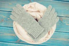 Foto del vintage, guantes de lana y mantón para la mujer en viejos tableros Fotografía de archivo