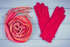 Foto del vintage, guantes y mantón de lana para la mujer en tableros, ropa para el otoño o invierno Fotos de archivo libres de regalías