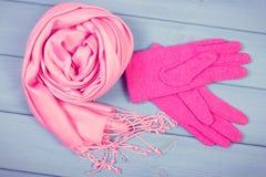 Foto del vintage, guantes y mantón de lana para la mujer en tableros, ropa para el otoño o invierno Imágenes de archivo libres de regalías