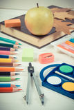Foto del vintage, libro, accesorios de la escuela y hojas otoñales en los tableros blancos, de nuevo a escuela Imagenes de archivo