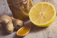 Foto del vintage, limón fresco, miel y jengibre en la tabla de madera, nutrición sana fotos de archivo