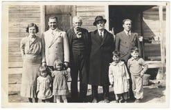 Foto del vintage: Los años 30 de los niños de las mujeres de los hombres de la reunión de familia Fotografía de archivo