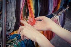 Foto del vintage, mano de la mujer con el collar colorido en parada en el bazar Foto de archivo libre de regalías