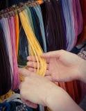 Foto del vintage, mano de la mujer con el collar colorido en parada en el bazar Imagen de archivo