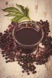 Foto del vintage, manojo de baya del saúco fresca con el jugo en el viejo fondo de madera, nutrición sana Imagen de archivo