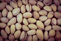 Foto del vintage, nueces de pistacho como fondo, consumición sana Foto de archivo libre de regalías