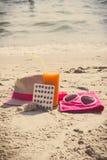 Foto del vintage, píldoras médicas, jugo de zanahoria y accesorios para tomar el sol, la vitamina A y el moreno hermoso, duradero Fotografía de archivo libre de regalías