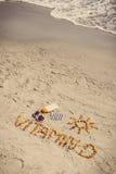 Foto del vintage, píldoras médicas, vitamina D de la inscripción y accesorios para tomar el sol en la arena en la playa Imagen de archivo