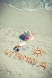Foto del vintage, píldoras médicas, vitamina A de la inscripción y accesorios para tomar el sol en el moreno de la playa, sano, h Fotos de archivo libres de regalías