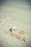 Foto del vintage, píldoras médicas, vitamina A de la inscripción y accesorios para tomar el sol en el moreno de la playa, sano, h Imagen de archivo libre de regalías