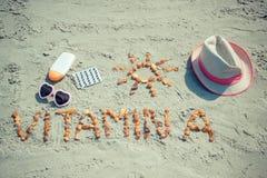 Foto del vintage, píldoras médicas, vitamina A de la inscripción y accesorios para tomar el sol en la playa, concepto de sano, de Imagen de archivo libre de regalías