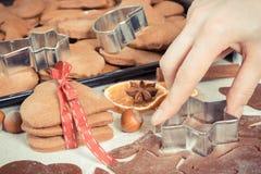 Foto del vintage, pan de jengibre o galletas cocidas frescas por tiempo de la Navidad y accesorios para cocer Imagenes de archivo