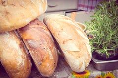 Foto del vintage, panes tradicionales recientemente cocidos del pan de centeno en parada imagen de archivo