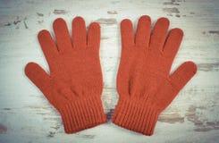 Foto del vintage, par de guantes de lana para la mujer en viejo fondo de madera Imágenes de archivo libres de regalías