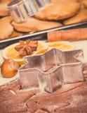 Foto del vintage, pasta, accesorios con los ingredientes para el pan de jengibre que cuece y galletas cocidas frescas de la Navid Imagen de archivo