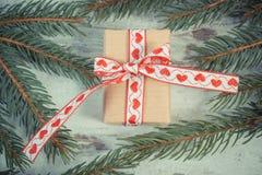 Foto del vintage, regalo envuelto con la cinta y ramas spruce para la Navidad o las tarjetas del día de San Valentín Fotos de archivo