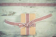 Foto del vintage, regalo envuelto en la cinta de papel y decorativa reciclada, decoración para el día de tarjetas del día de San  Foto de archivo