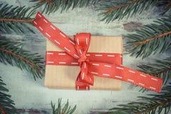 Foto del vintage, regalo envuelto y ramas spruce para la Navidad o las tarjetas del día de San Valentín Imágenes de archivo libres de regalías