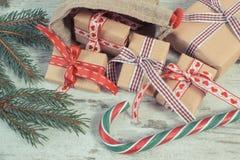 Foto del vintage, regalos para la Navidad o tarjetas del día de San Valentín en bolso del yute y ramas spruce Fotos de archivo