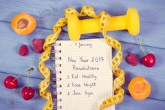 Foto del vintage, resoluciones del Año Nuevo escritas en cuaderno a bordo Foto de archivo libre de regalías