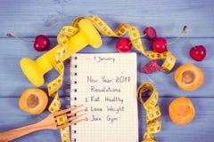 Foto del vintage, resoluciones del Año Nuevo escritas en cuaderno a bordo Imágenes de archivo libres de regalías