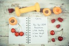 Foto del vintage, resoluciones del Año Nuevo escritas en cuaderno en viejo tablero Fotos de archivo libres de regalías