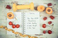 Foto del vintage, resoluciones del Año Nuevo escritas en cuaderno en viejo tablero Fotografía de archivo