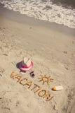 Foto del vintage, vacaciones de la palabra, accesorios para tomar el sol y pasaporte con el dólar en la playa, tiempo de las mone Fotografía de archivo libre de regalías