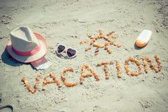 Foto del vintage, vacaciones de la palabra, accesorios para tomar el sol y pasaporte con el dólar de las monedas en la playa Fotos de archivo
