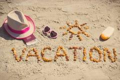 Foto del vintage, vacaciones de la palabra, accesorios para tomar el sol y pasaporte con las monedas euro en la playa Imagen de archivo