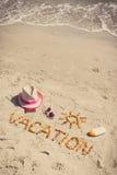 Foto del vintage, vacaciones de la palabra, accesorios para tomar el sol y pasaporte en la arena en la playa, tiempo de verano Imagenes de archivo