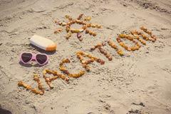 Foto del vintage, vacaciones de la palabra y forma del sol, accesorios para tomar el sol en la playa, tiempo de verano Foto de archivo libre de regalías