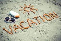 Foto del vintage, vacaciones de la palabra y forma del sol, accesorios para tomar el sol en verano Fotografía de archivo libre de regalías