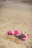 Foto del vintage, viaje de la inscripción, accesorios para tomar el sol y pasaporte con las monedas euro en la playa, concepto de Fotos de archivo