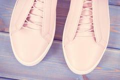 Foto del vintage, zapatos de cuero rosados para la mujer en viejos tableros Fotografía de archivo