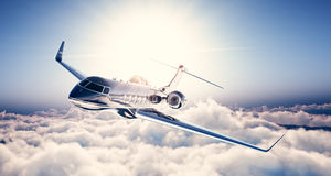Foto del vuelo genérico de lujo negro del jet privado del diseño en cielo azul Nubes y sol blancos enormes en el fondo Negocios Foto de archivo