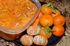 Foto dell'agrume arancio fresco sbucciato e sezionato Fotografia Stock
