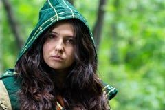Foto dell'organizzazione di bella donna nel vestito di fantasia con il cappuccio Fotografia Stock Libera da Diritti