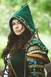 Foto dell'organizzazione di bella donna nel vestito di fantasia con il cappuccio Fotografie Stock