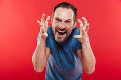 Foto dell'uomo aggressivo o irritato che grida sulla macchina fotografica e sul lif fotografia stock