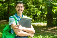 Foto dell'uomo felice con il computer portatile, libri Fotografie Stock Libere da Diritti