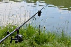 Foto della barretta di pesca con l'amo sopra l'acqua Fotografie Stock