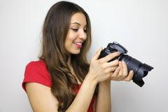 Foto della condizione attraente felice della giovane donna isolata sopra fondo bianco Sguardo della macchina fotografica che most immagini stock libere da diritti