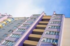 Foto della costruzione di appartamento moderna bianca viola immagine stock