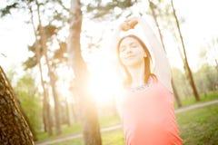 Foto della donna che fa gli esercizi Fotografia Stock