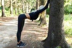 Foto della donna dell'atleta sull'allungamento Fotografia Stock