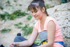 Foto della donna dello scalatore che si siede al piede della montagna immagini stock libere da diritti